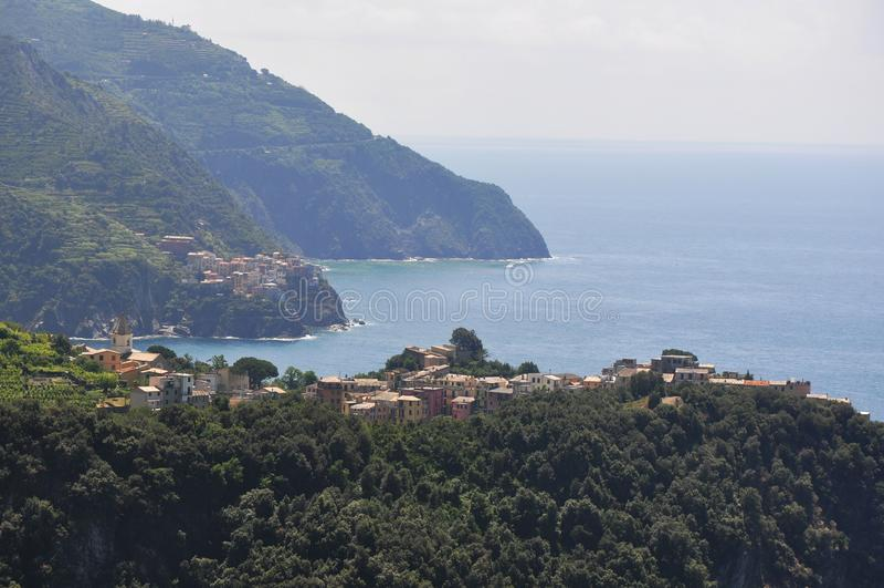 Cidade italiana isolada pequena sobre montes fotos de stock