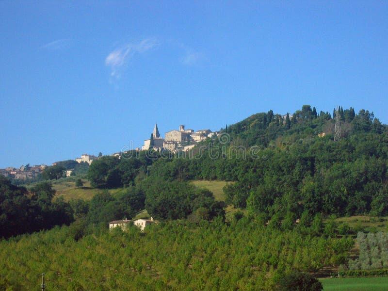 Cidade italiana pequena sobre um monte imagens de stock