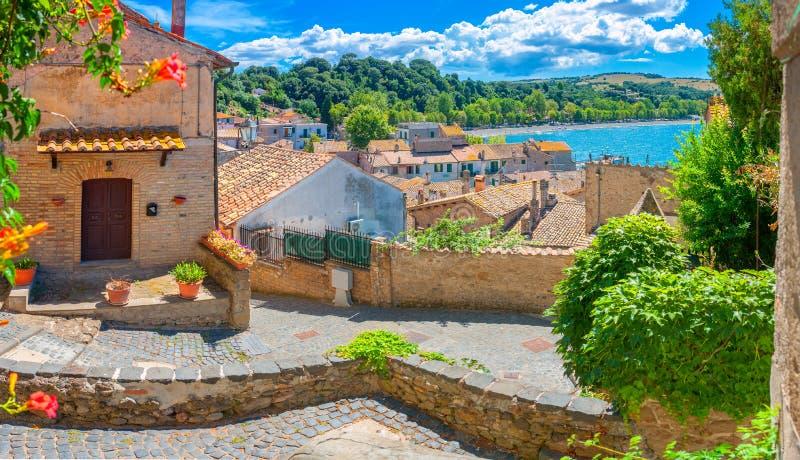 Cidade italiana velha na costa do lago imagem de stock royalty free