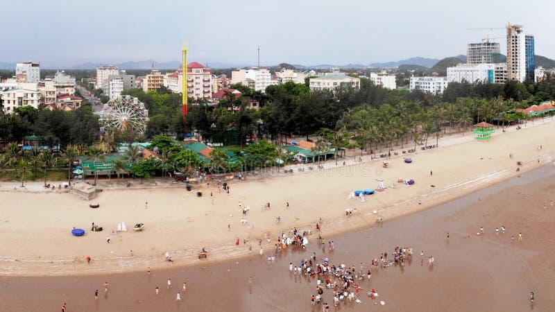 Cidade litoral bonita na manhã do verão imagens de stock royalty free