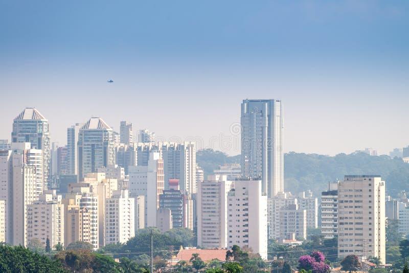 A cidade a mais grande da opinião de Sao Paulo em latino-americano fotografia de stock