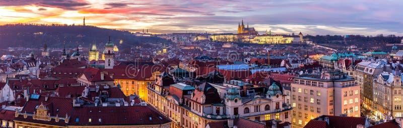 A cidade a mais místico e a mais misteriosa em Europa Praga com fotografia de stock