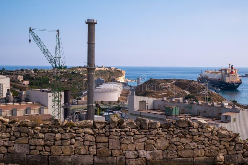 Cidade Malta de Marsaxlokk da central elétrica de Delimara fotografia de stock royalty free