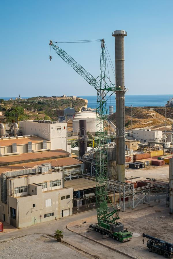 Cidade Malta de Marsaxlokk da central elétrica de Delimara imagem de stock royalty free