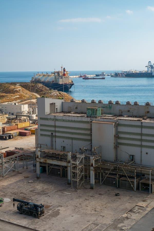 Cidade Malta de Marsaxlokk da central elétrica de Delimara imagens de stock royalty free