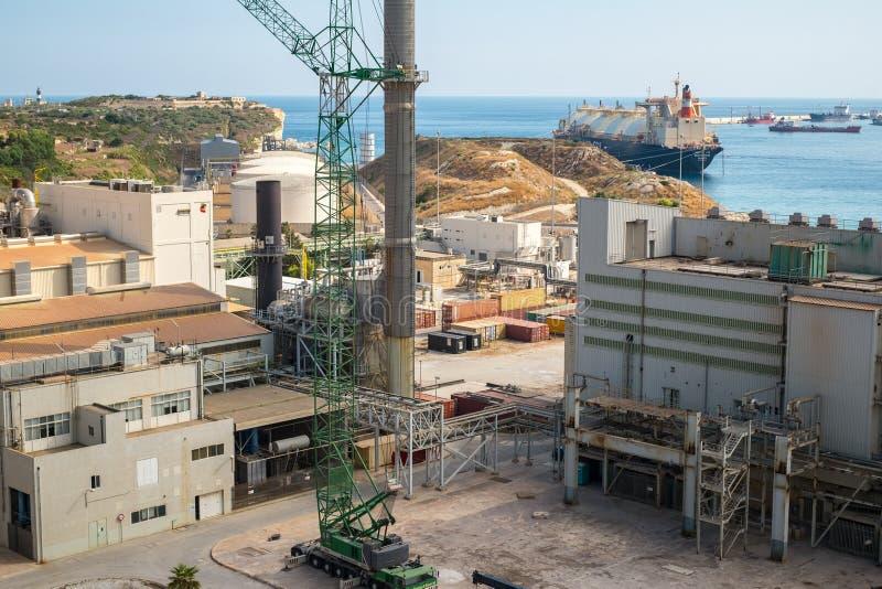 Cidade Malta de Marsaxlokk da central elétrica de Delimara imagem de stock