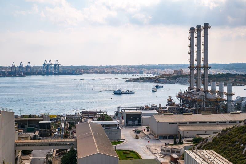 Cidade Malta de Marsaxlokk da central elétrica de Delimara foto de stock royalty free