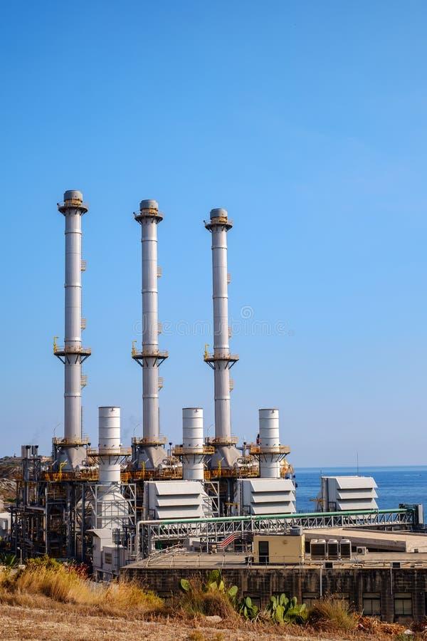 Cidade Malta de Marsaxlokk da central elétrica de Delimara fotografia de stock