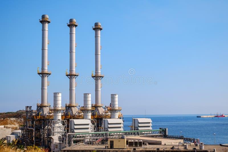 Cidade Malta de Marsaxlokk da central elétrica de Delimara fotos de stock