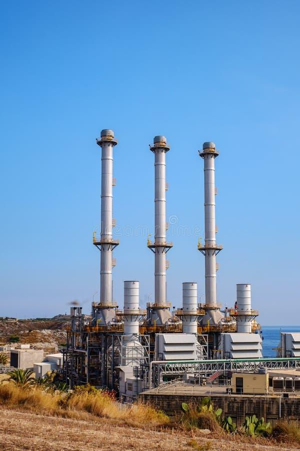 Cidade Malta de Marsaxlokk da central elétrica de Delimara foto de stock