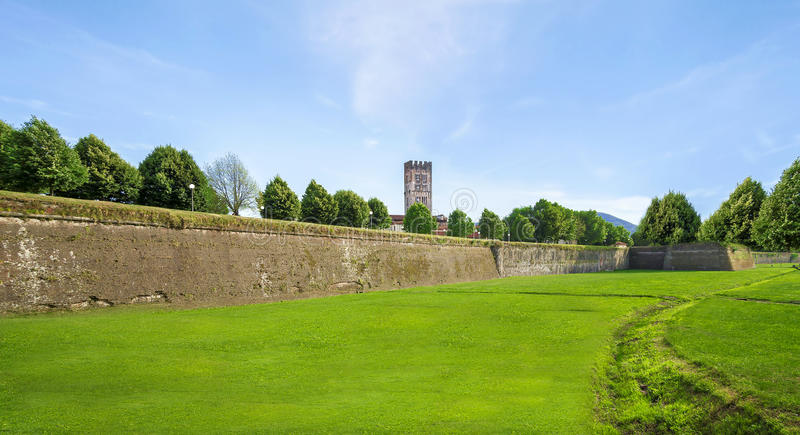 Cidade medieval de Lucca - paredes exteriores imagens de stock royalty free