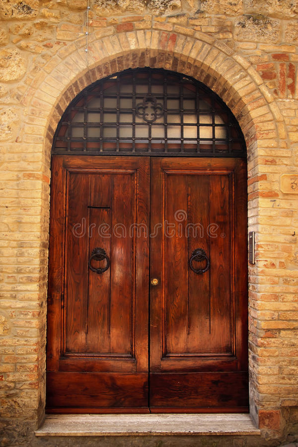 Cidade medieval San Gimignano da entrada antiga imagens de stock