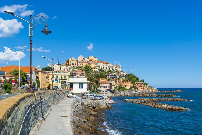Cidade mediterranian antiga colorida bonita no monte fotografia de stock