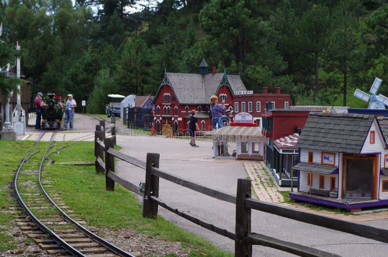 Cidade minúscula e estrada de ferro diminuta, crianças que têm o divertimento foto de stock royalty free