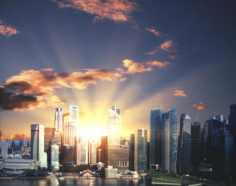 Cidade moderna com luz solar fotos de stock royalty free