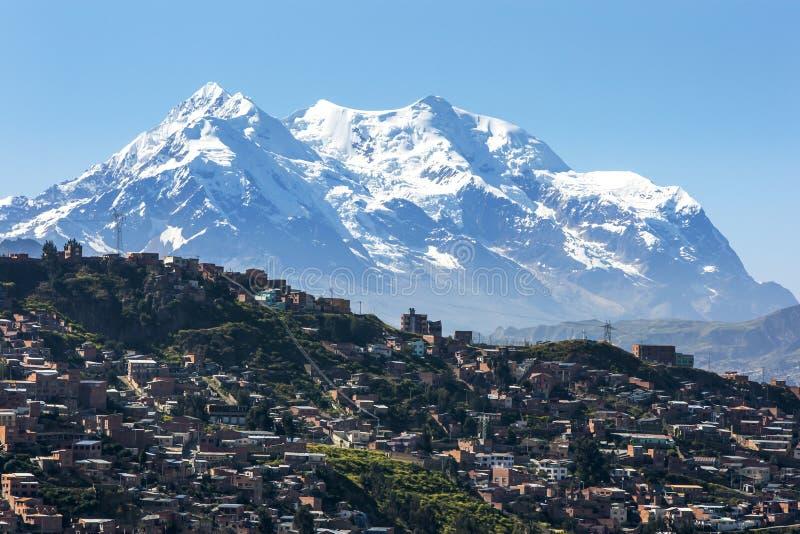 A cidade moderna de La Paz em Bolívia obscureceu por Illimani fotografia de stock royalty free