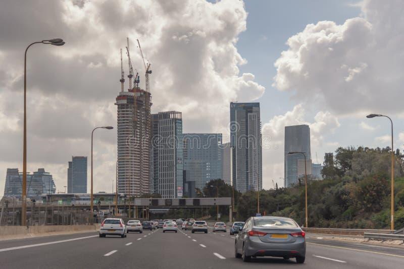 Cidade moderna do Médio Oriente Tel Aviv, a capital de Israel Rua de alta velocidade na cidade Arquitetura moderna Paisagem da ci imagens de stock