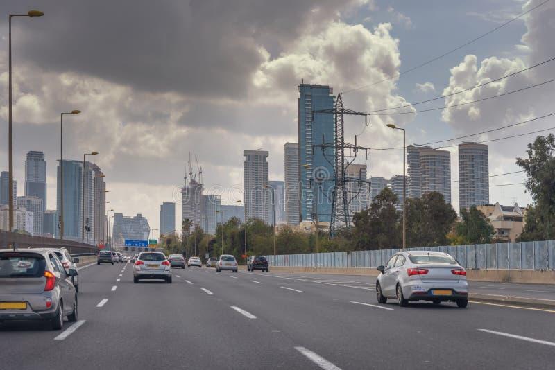 Cidade moderna do Médio Oriente Tel Aviv, a capital de Israel Rua de alta velocidade na cidade Arquitetura moderna Transporte, imagem de stock royalty free