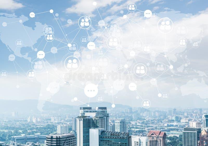 Cidade moderna e rede social como o conceito para trabalhos em rede globais fotografia de stock