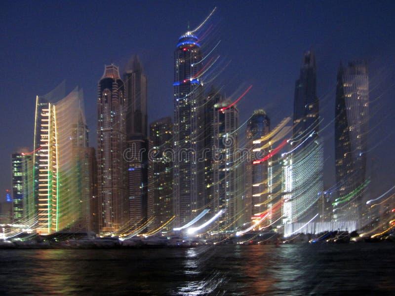 Cidade moderna na foto borrada Marina Dubai, Emiratos Árabes Unidos fotografia de stock royalty free