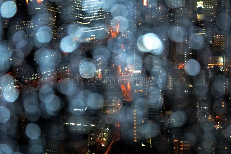 Cidade na chuva e na noite, ¼ ŒJapan de Osakaï imagens de stock