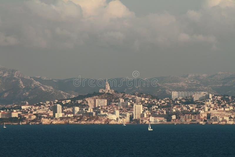 Cidade na costa de mar Marselha, França foto de stock