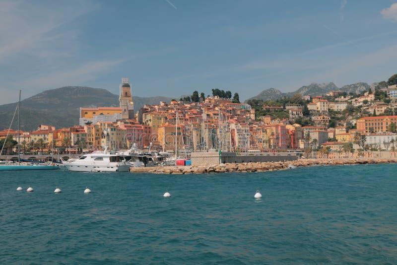 Cidade na costa de mar Menton, agradável, França imagens de stock royalty free