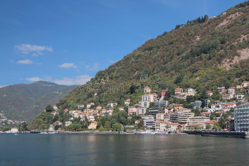 Cidade na costa do lago nas montanhas Como, Itália imagens de stock