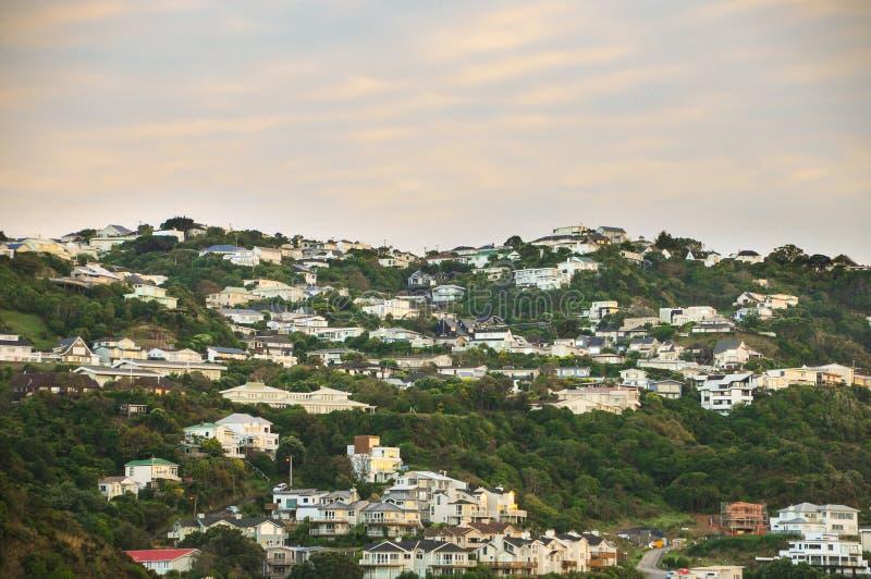 Cidade na montanha antes do nascer do sol no lugar do paraíso em Nova Zelândia sul fotos de stock royalty free