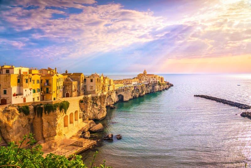 Cidade nas rochas, Gargano de Vieste, Apulia, Itália imagem de stock