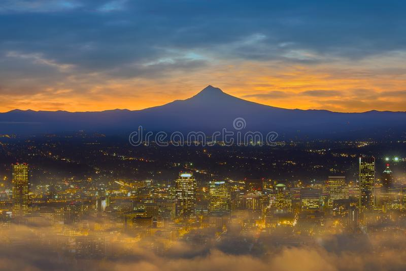 Cidade nevoenta de Portland do centro no alvorecer EUA América fotos de stock