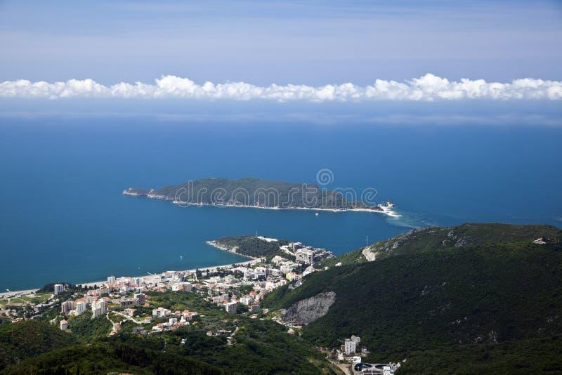 Cidade no mar de Budva, Montenegro Vistas do ar imagens de stock