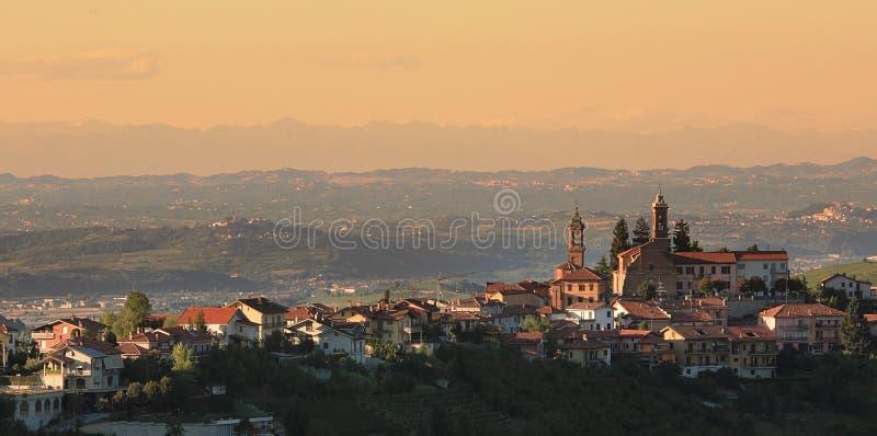 Cidade no monte. Piedmont, Italy. foto de stock