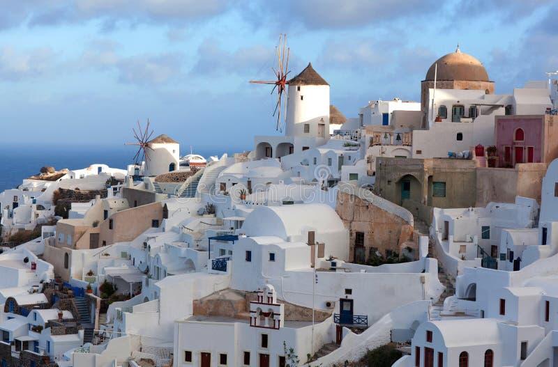 Cidade no por do sol, ilha de Oia de Santorini, Cyclades, Grécia imagens de stock royalty free
