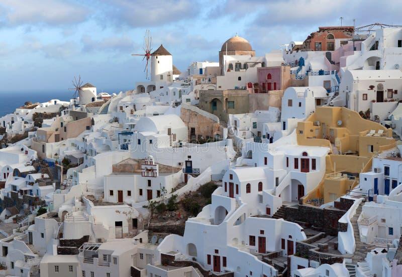 Cidade no por do sol, ilha de Oia de Santorini, Cyclades, Grécia imagens de stock