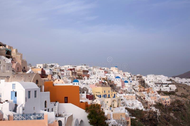 Cidade no por do sol, ilha de Oia de Santorini, Cyclades, Grécia foto de stock royalty free