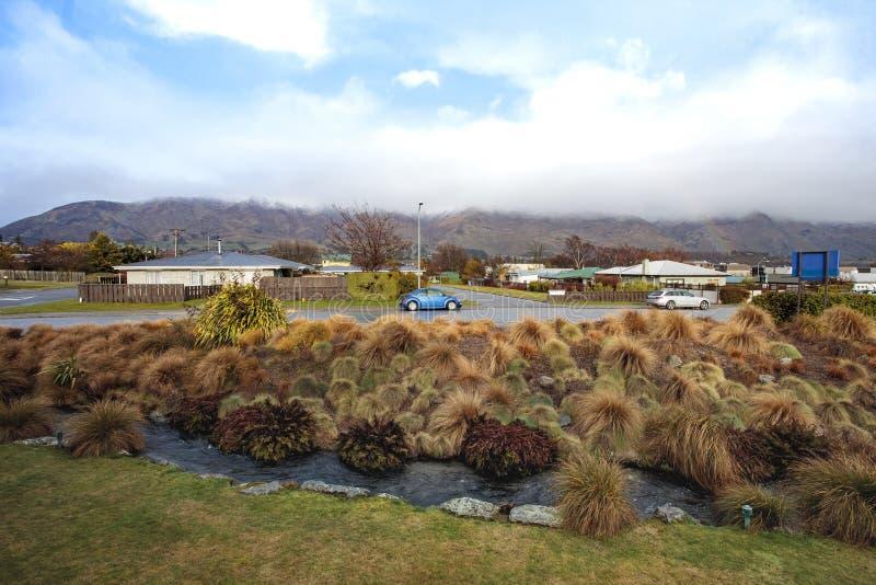 CIDADE NOVA ZELÂNDIA DE WANAKA - 5 DE SETEMBRO: o volk azul swaken a paridade do carro fotos de stock