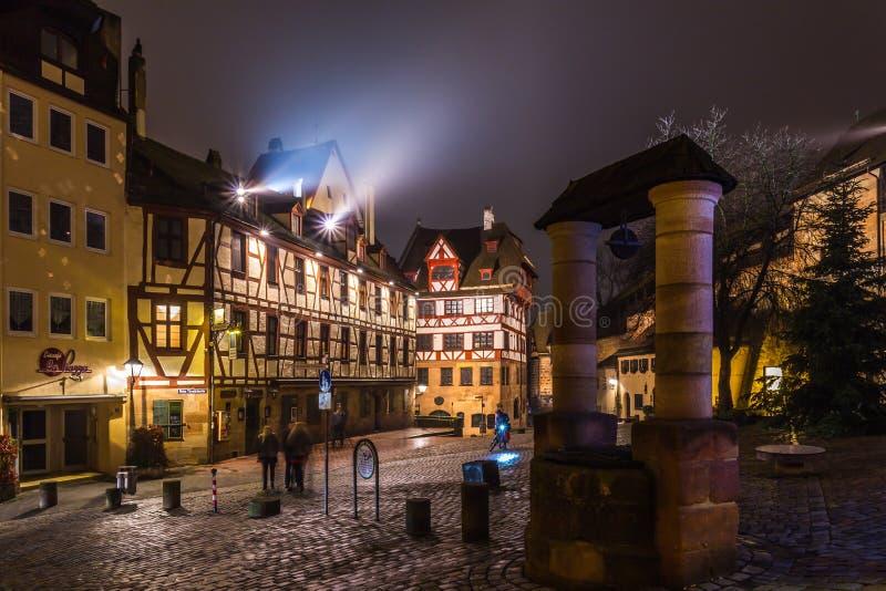 Cidade Nuremberg-velha na noite imagens de stock royalty free