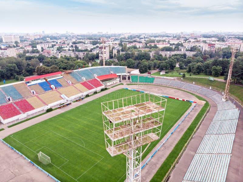 A cidade ostenta o estádio campo e anfiteatros de futebol com colorfu fotos de stock royalty free