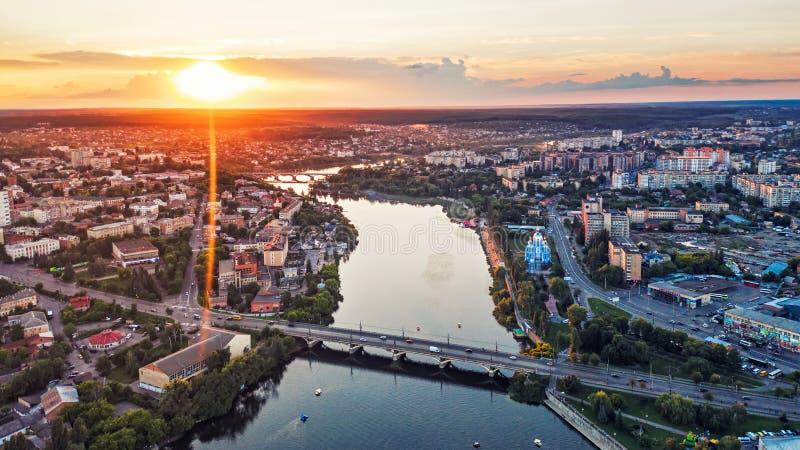 Cidade ou cidade de país provincial europeia panorâmico com rio, foto Vinnitsa do ar da opinião do zangão, Ucrânia no por do sol fotografia de stock