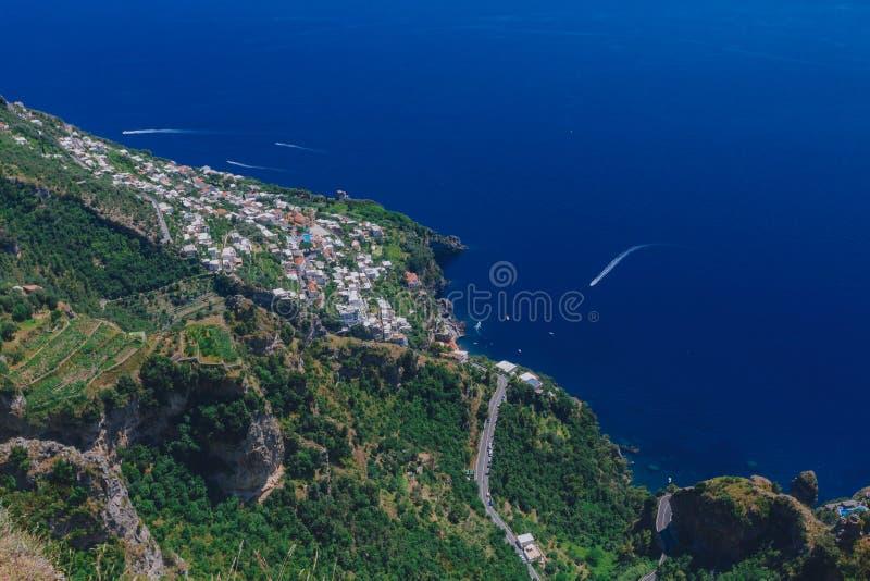 Cidade pelo mar e pelo litoral da costa de Amalfi do trajeto dos deuses, perto de Positano, Itália foto de stock