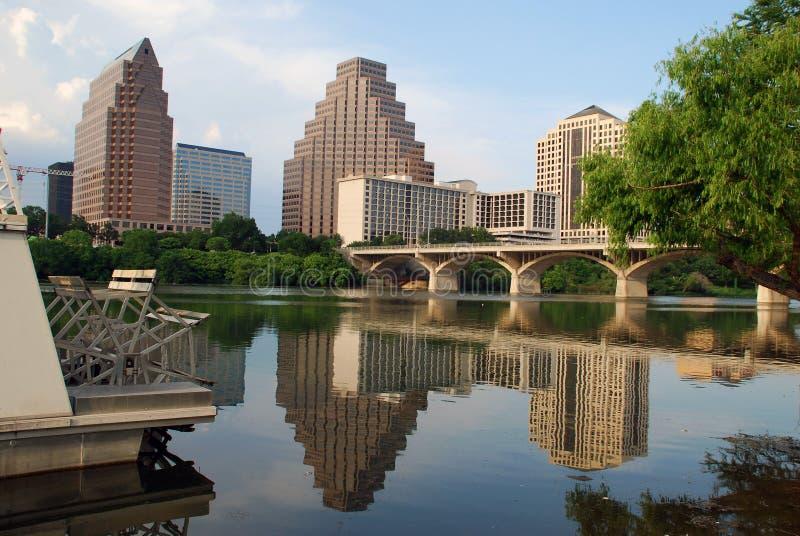 Cidade pelo rio imagens de stock