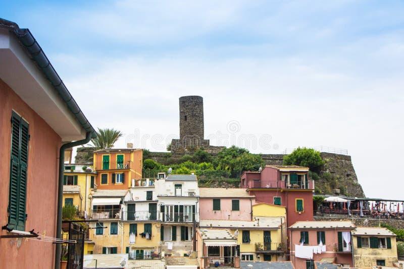 Cidade pequena bonita de Vernazza no parque nacional de Cinque Terre Vista em Vernazza Castello Doria a fortaleza e a torre velha imagens de stock royalty free