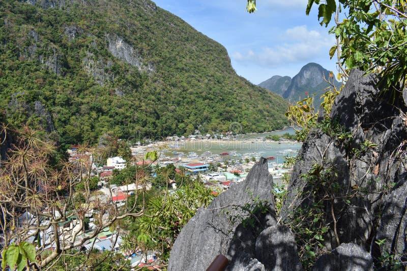 Cidade pequena como visto de uma montanha rochosa fotos de stock