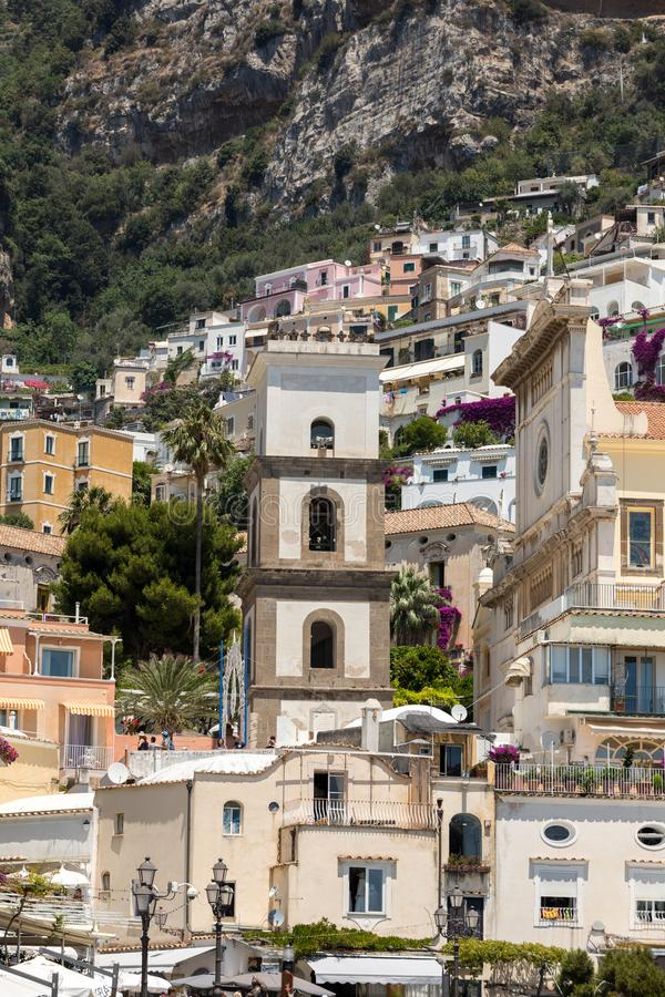 Cidade pequena de Positano ao longo da costa de Amalfi com suas muitas cores maravilhosas e casas terraced, Campania foto de stock royalty free