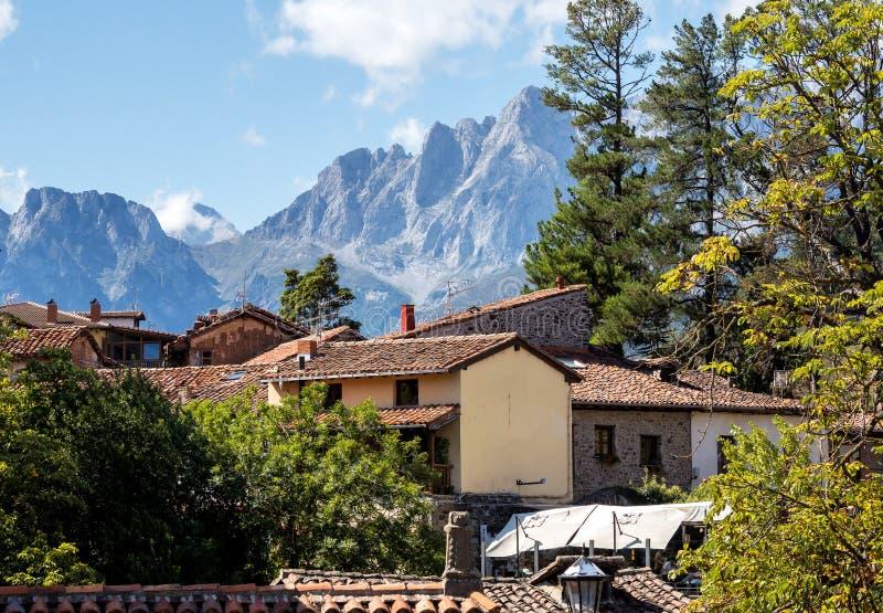 A cidade pequena de Potes em Cant?bria, Espanha imagem de stock royalty free