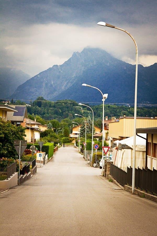 Cidade perto das montanhas imagens de stock