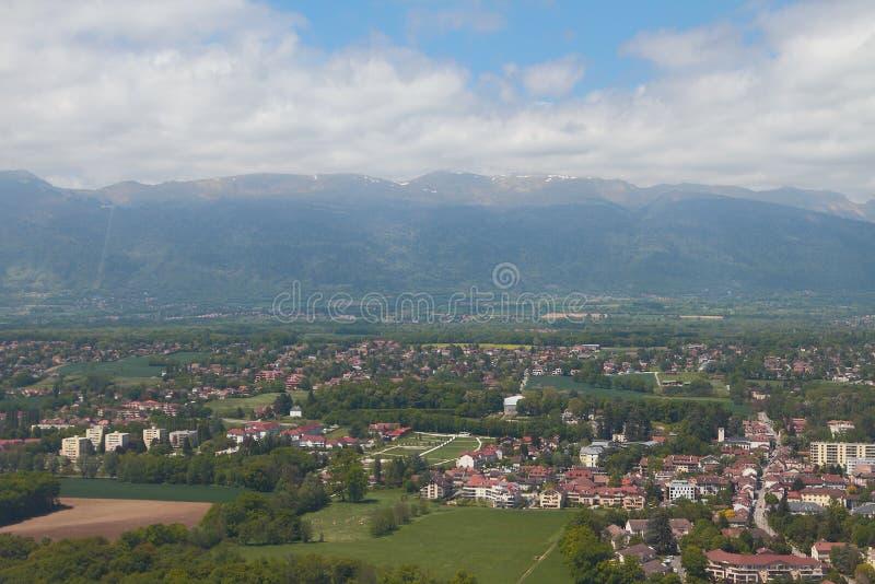 Cidade perto de Genebra e das montanhas jurássicos Ferney-Voltaire, França imagem de stock