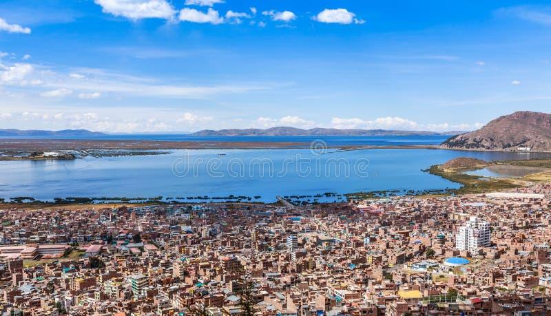 Cidade peruana Puno e Peru do panorama de Titicaca do lago foto de stock