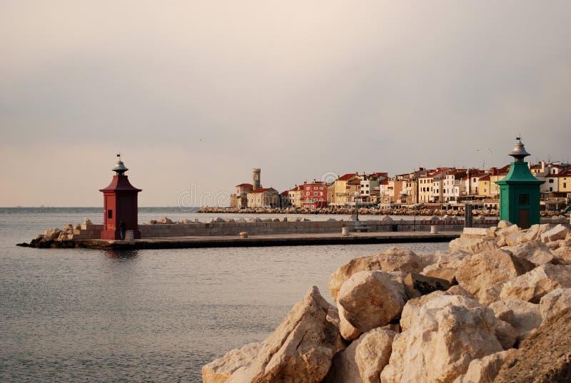 A cidade pitoresca de Piran no Eslovênia, com seus faróis pequenos, negligenciando o mar de adriático fotografia de stock royalty free